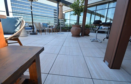 Travertine-Tan-Porcelain-Pavers-Resturant-Roof-Deck-03